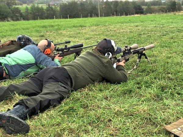 Skyttar med olika typer av gevär.