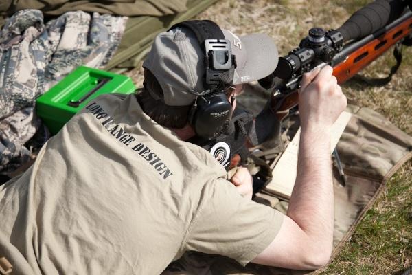 Helgens ansvarige passar på att själv skjuta och verifiera några skott på de längre avstånden